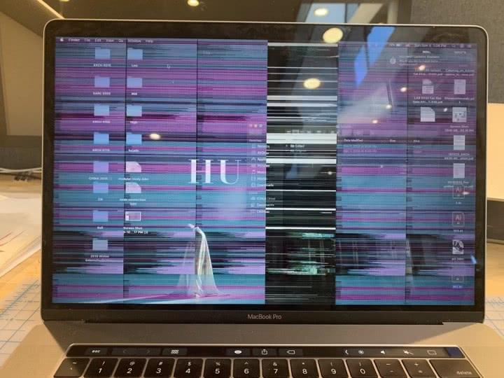 Ekran laptopa migocze