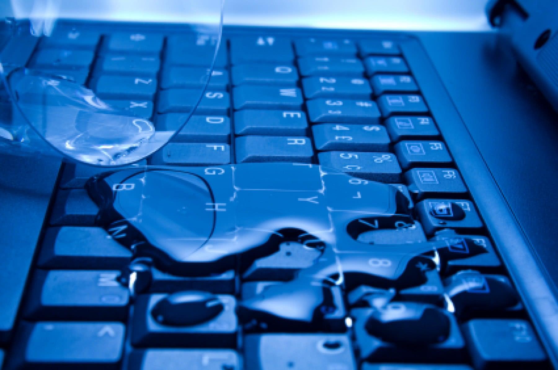 zalany komputer laptop